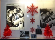 Новогоднее оформление витрины магазина парфюмерии и косметики